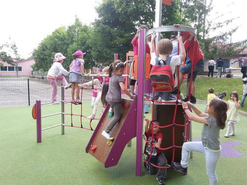 Installer une aire de jeux sur une cour d'école